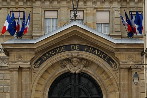 Flags of France and Europe hang on the facade of the Bank of France headquarters in Paris May 9, 2012.  REUTERS/Charles Platiau   (FRANCE - Tags: BUSINESS POLITICS)
